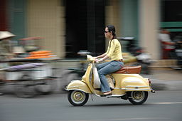 Woman_on_motor-scooter_in_Vietnam 256